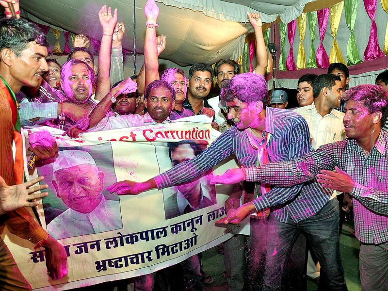 Supporters of Anna Hazare celebrate after Government agreed for Lokpal Bill in Bikaner on Saturday.