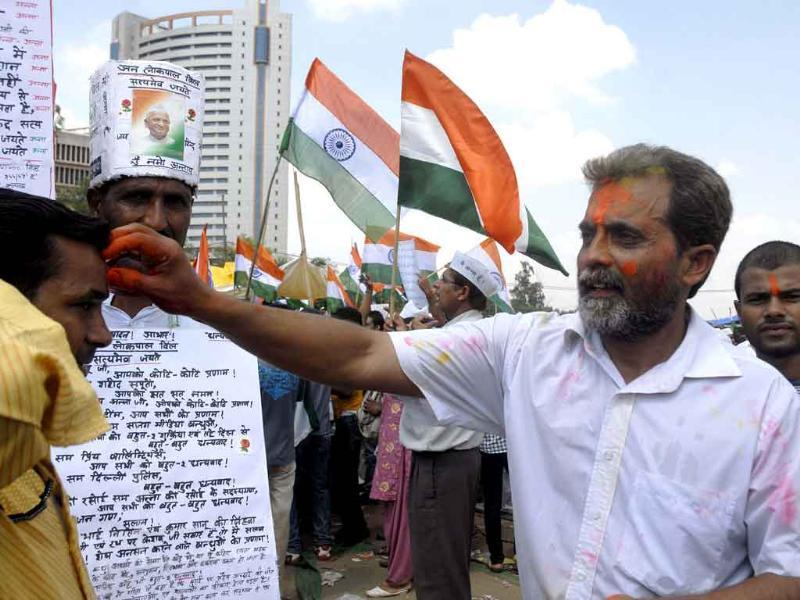 People exchanging vermilion to celebrate Anna Hazare's victory at Ram Lila Maidan.