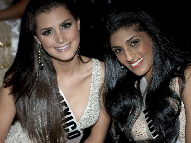 Miss Universe Mexico 2011 Karin Ontiveros (L) and Miss Universe India 2011 Vasuki Sunkavalli pose for a photo before a dinner at Tivoli hotel in Sao Paulo August 28, 2011. (Reuters/UNI)