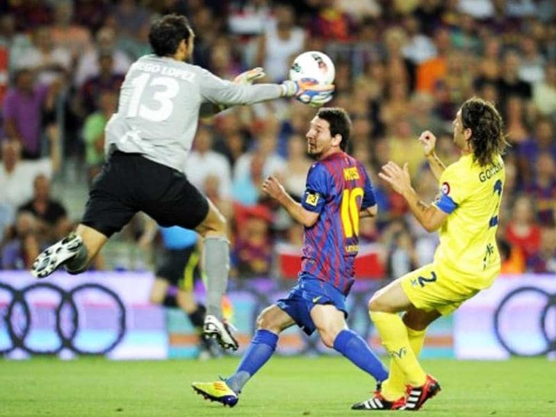 Barcelona's Argentinian forward Lionel Messi (C) vies with Villarreal's Argentinian defender Gonzalo Rodriguez R) and Villarreal's goalkeeper Diego Lopez (L) during their Spanish League football match on August 29, 2011 at the Camp Nou stadium in Barcelona.