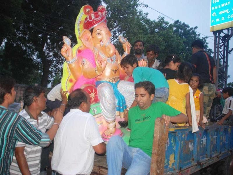 Devotees buying an idol of Ganesh Chaturthi on the occasion of Ganesh Festival in Jodhpur.