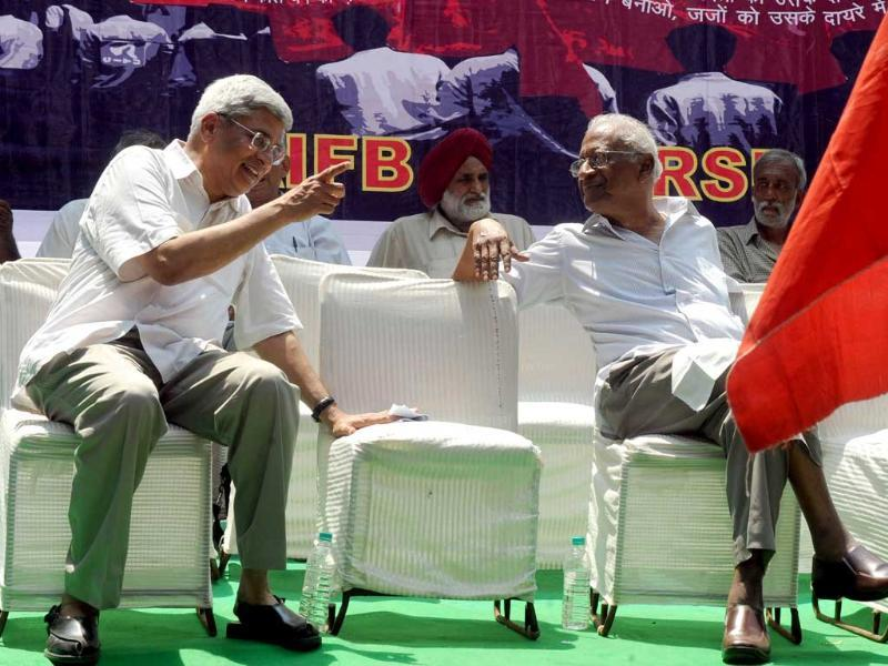 Communist Party of India-Marxist (CPI-M) General Secretary Prakash Karat (L) talks with Communist Party of India (CPI) General secretary A B Bardhan during a march to parliament. India's Left-wing parties marched to the Indian parliament in protest of corruption and demanded the new anti-corruption law Lokpal Bill.
