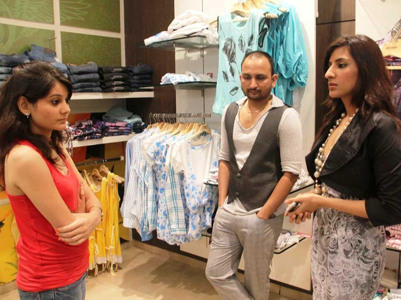 Sonakshi's stylist gives tips to Priyanka, who looks keen to learn about her icon's personal style.