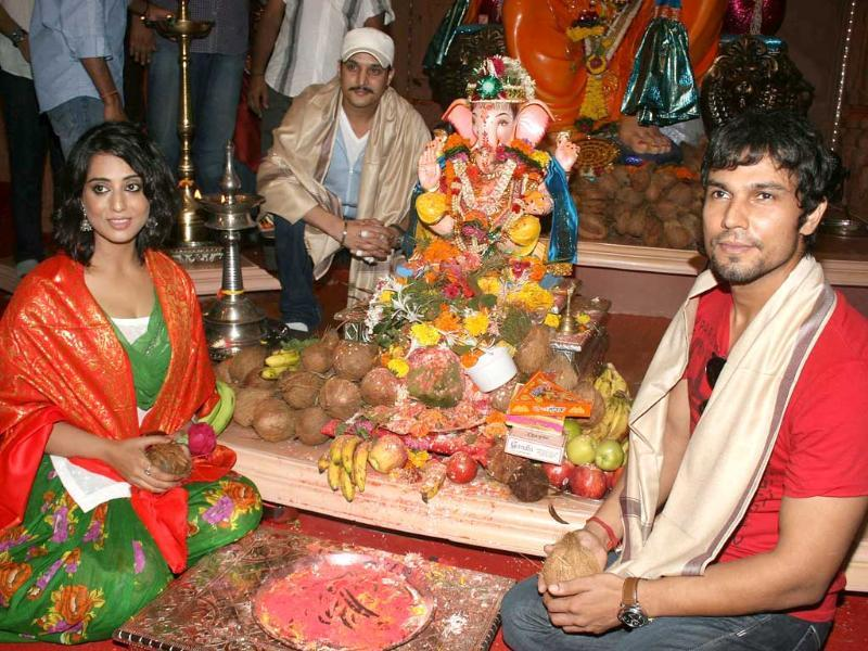 Bollywood actors Mahie Gill, Jimmy Shergill and Randeep Hooda pose with an idol of Lord Ganesha on the occasion of Ganesh Chaturthi in Mumbai. Check out other B-Town actors celebrating the festival. (AFP)