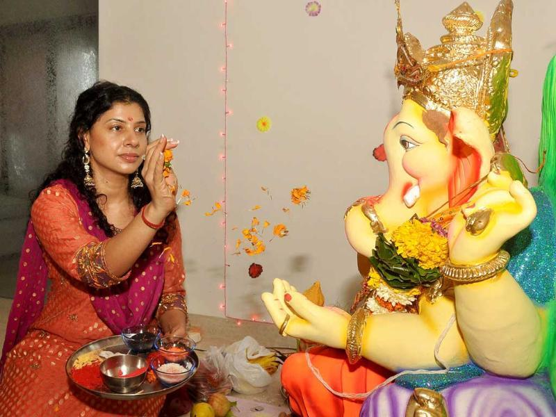 Reality TV actor Sambhavna Seth performs Ganesh Puja in Mumbai. (AFP)