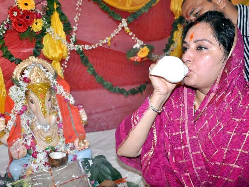 Parliament Member Jaya Prada blowing a conch shell during puja on the occasion of Ganesh Chaturthi in Rampur on Thursday. (UNI)