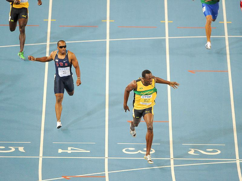 Jamaica's Usain Bolt wins gold ahead of US athlete Walter Dix (L) in the men's 200 metres final at the International Association of Athletics Federations (IAAF) World Championships in Daegu.