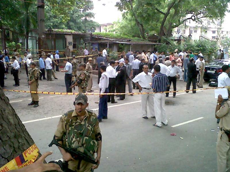 Police outside Delhi High Court minutes after the blast