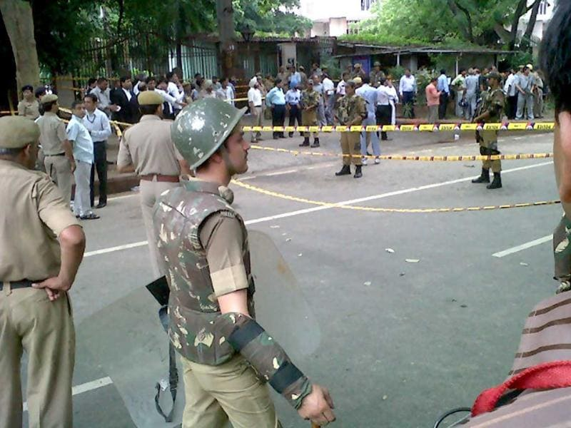 Police outside the Delhi High Court after the blast.