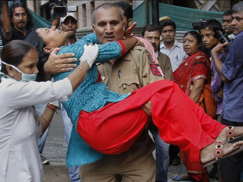 A policeman carries a wounded blast victim at the RML Hospital in New Delhi, following a bomb blast at the Delhi high court.