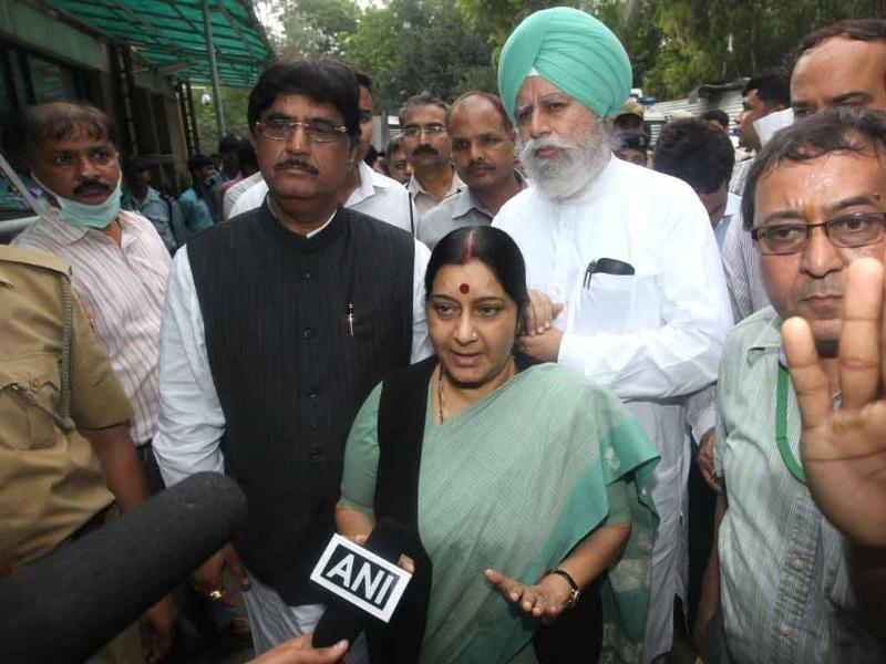 BJP leader Sushma Swaraj visits RML hospital to meet victims of Delhi high court blast.