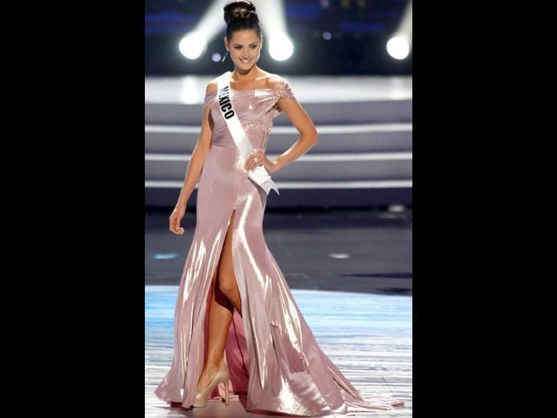 Miss Mexico looks perfect and fairy-like in her pink sheen gown.