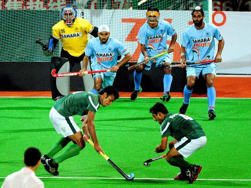 Indian players watch as Pakistan's Muhammad Irfan (front L) and Rashid Mwhmood (front R) take a penalty corner, during their finals match at the first Asian Men's Hockey Championship in Ordos.