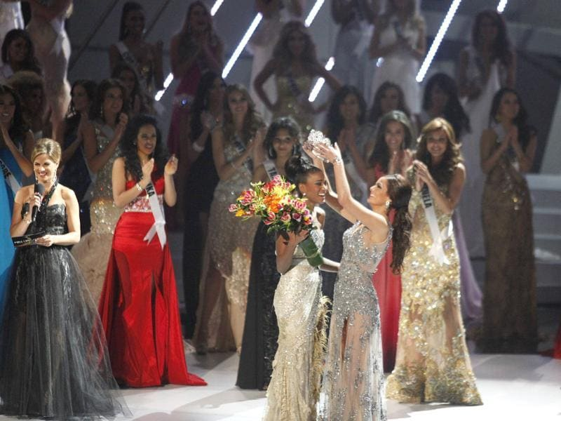 The contestants applaud as Miss Angola is crowned the title of Miss Universe 2011.
