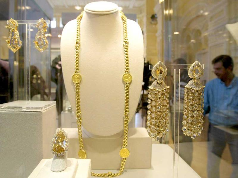 Necklace with golden coins and diamonds and diamond earrings of BVLGARI from the Elizabeth Taylor collection.