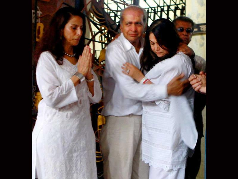 Shobha De and Tina Ambani grieve for the deceased.