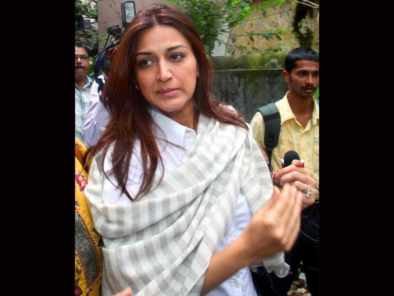 Sonali Bendre is among those present at the funeral.