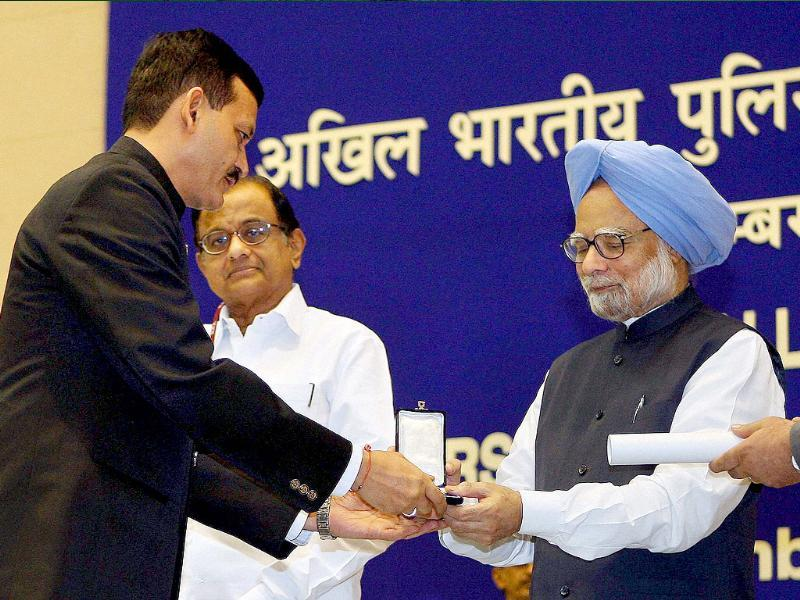 Prime Minister Manmohan Singh presenting President's police medal for distinuished service to a senior Intelligence Bureau officer during the DGPs/IGPs conference at Vigyan Bhavan in New Delhi.