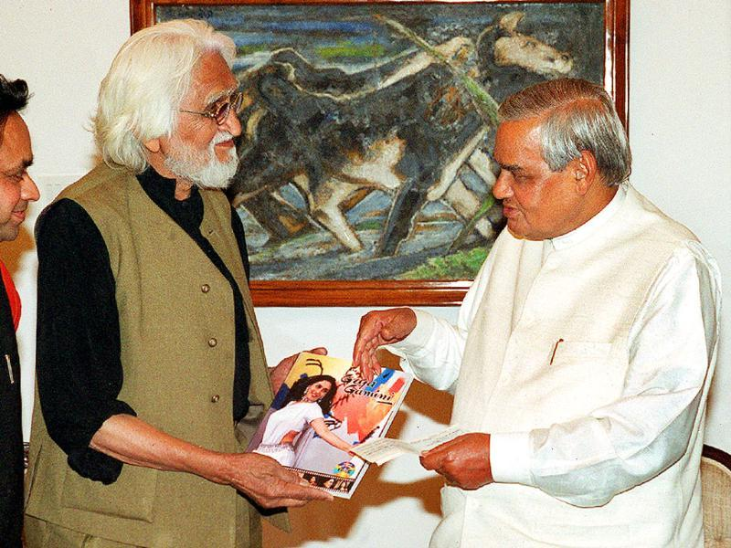 MF Husain presents former Prime Minister Atal Bihari Vajpayee with a cheque of Rs 25 lakhs for the relief work at Gujarat and a complimentary copy of his book Gajagamini. (HT Photo)