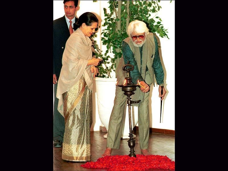 2002: Sonia Gandhi and MF Husain lighting the lamp during the inaugural an exhibition of India Gandhi on the occasion of her 85th birth anniversary. (HT Photo)