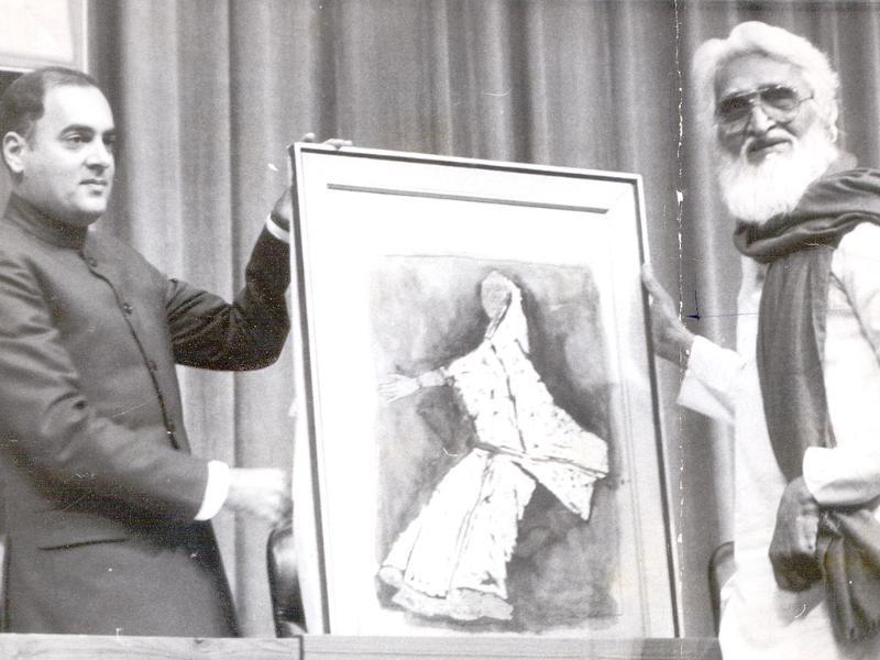 1986: Late former Prime Minister Rajiv Gandhi receiving paintings as a gift from the MF Husain on the occasion of 69th birth anniversary of Indira Gandhi