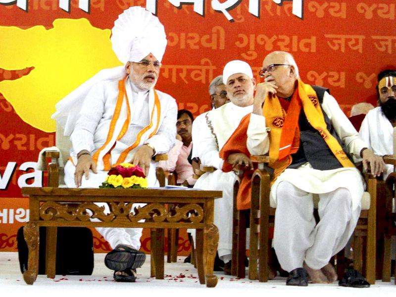 Gujarat chief minister Narendra Modi (L)talks with senior BJP leader L K Advani at the beginning of his three-day 'sadbhavna' fast for peace and harmony, in Ahmedabad.