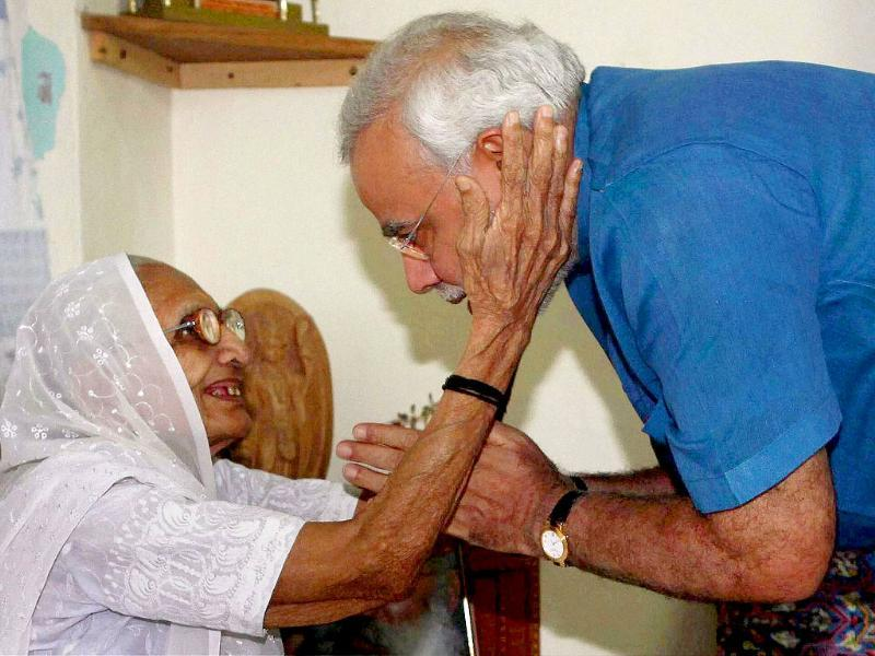 Gujarat chief minister Narendra Modi with his mother Narmada Bai before starting his three-day 'sadbhavna' fast for peace and harmony, in Ahmedabad.