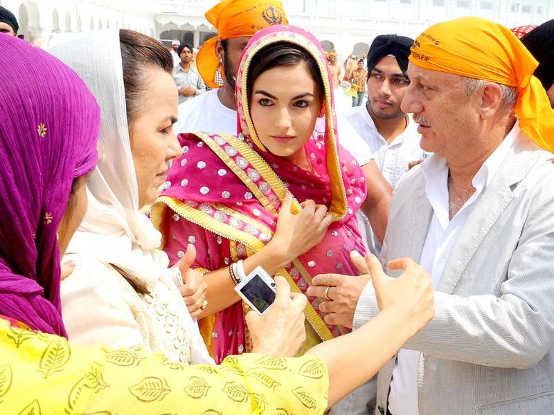 US Hollywood actress Camilla Belle (C) and Indian actor Anupam Kher (R) visit the Golden Temple in Amritsar.