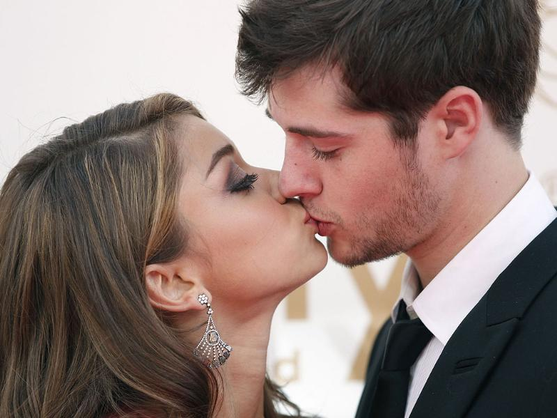 Actor Sarah Hyland from Modern Family and boyfriend Matt Prokop kiss as they arrive at the 63rd Primetime Emmy Awards. (Reuters)