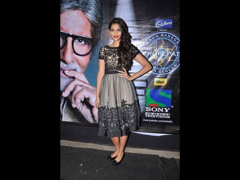 Dressed in a knee length dress, Sonam failed to impress on KBC sets.