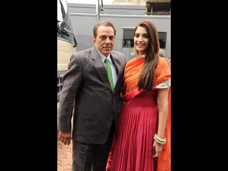Sonam poses with Dharmendra on the sets of India's Got Talent.