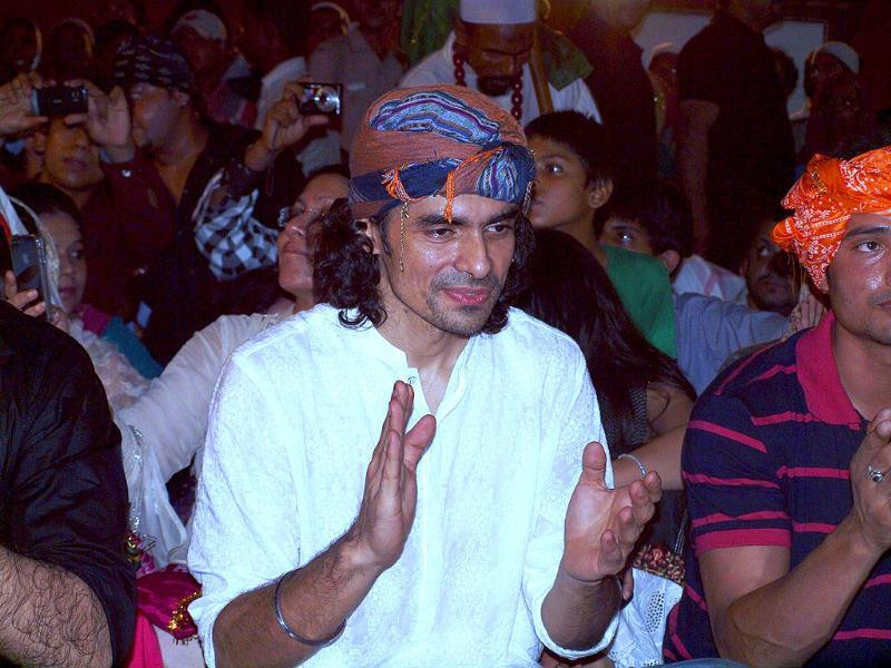 Imtiaz Ali also placed the film's music CD near the tomb to seek blessings.