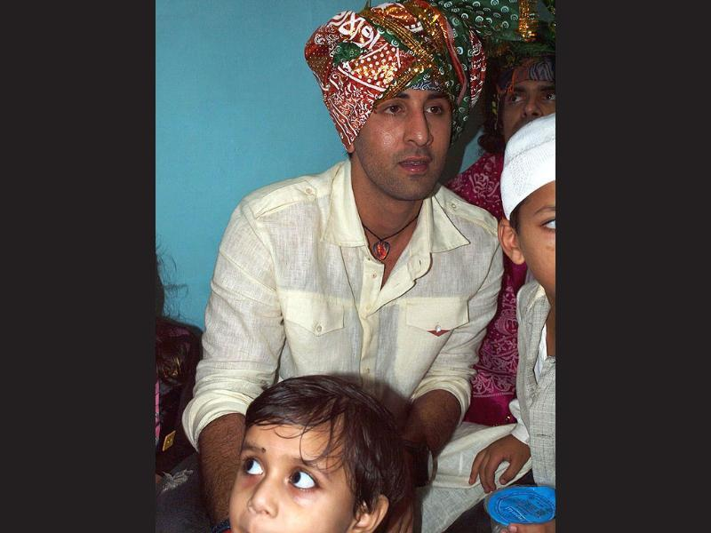 Ranbir Kapoor in a white kurta and red and green turban.