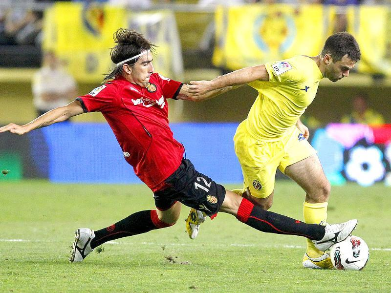 Villarreal's Giuseppe Rossi (R) and Mallorca's Chico Flores fight for the ball during their Spanish first division soccer match at the Madrigal Stadium in Villarreal.