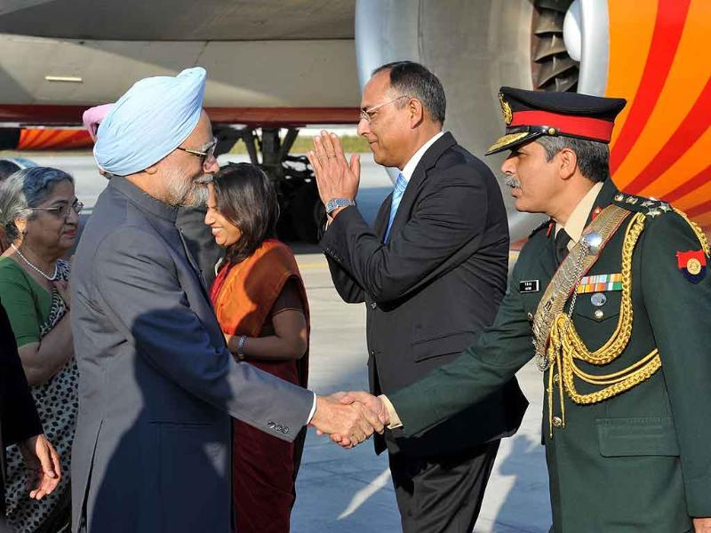 Prime Minister Manmohan Singh being received by the Indian officials of the Consulate General of India in Frankfurt, at the Frankfurt International Airport, on his way to New York to attend the 66th Session of the United Nations General Assembly.
