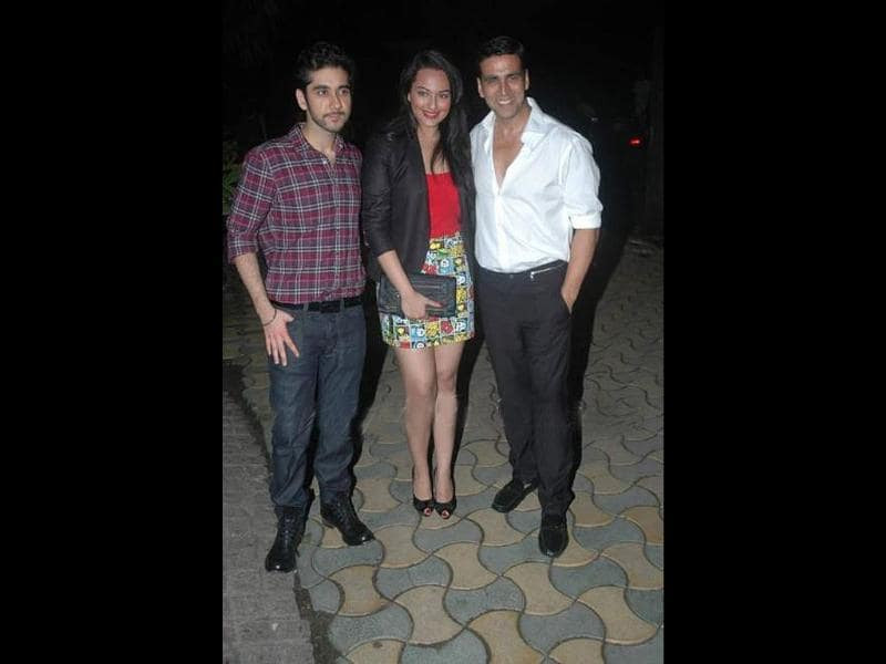 Sonakshi Sinha poses with Akshay Kumar and Speedy Singhs actor Vinay Virmani.