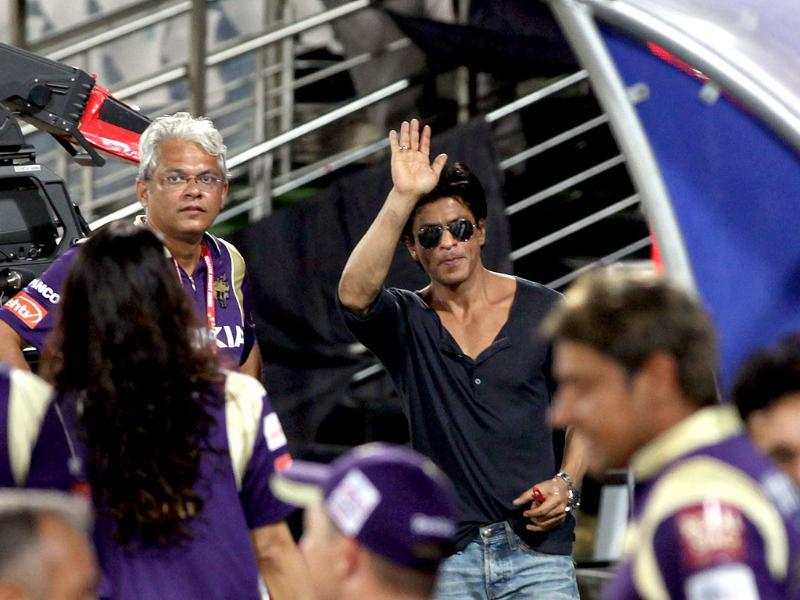 Shah Rukh Khan waves to his tremendous fan following at Hyderabad.