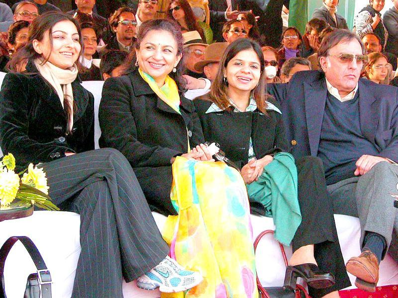 Nawab Mansoor Ali Khan Pataudi with his wife Sharmila Tagore and daughters Soha and Sabah. Pataudi, 70, who had been hospitalized for an acute lung infection, passed away in a hospital in Delhi.