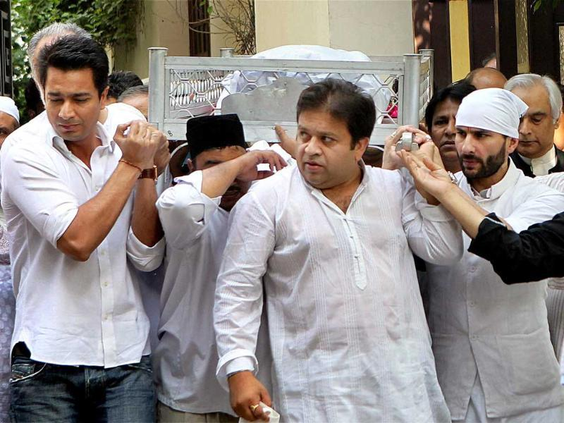 The body of Mansoor Ali Khan Pataudi is carried by his son Saif Ali Khan in New Delhi.
