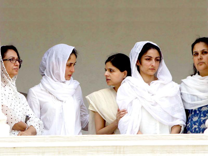 Sharmila Tagore with Kareena Kapoor and daughters Soha and Saba stands in the balcony of Pataudi Palace during the burial proceeding of her husband Nawab Mohammad Mansoor Ali Khan Pataudi at the Pataudi Palace.