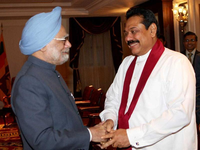 Prime Minister Manmohan Singh (R) shakes hands with Sri Lanka's President Maninda Rajapaksa during a meeting in New York Palace hotel.