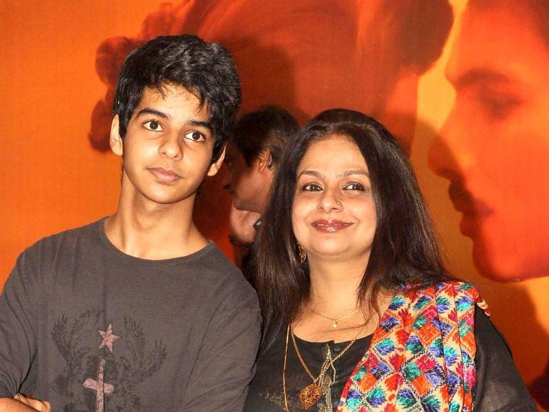 Shahid Kapoor's mom Neelima Azim poses with her son Ishaan at Mausam premiere. (AFP)