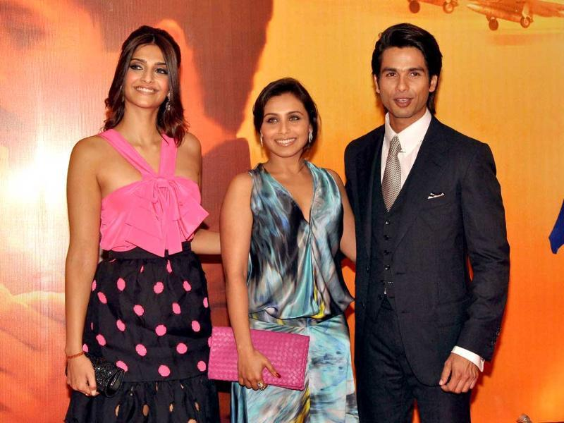 Shahid poses with his Dil Bole Hadippa co-star Rani Mukherji and Sonam. (AFP)