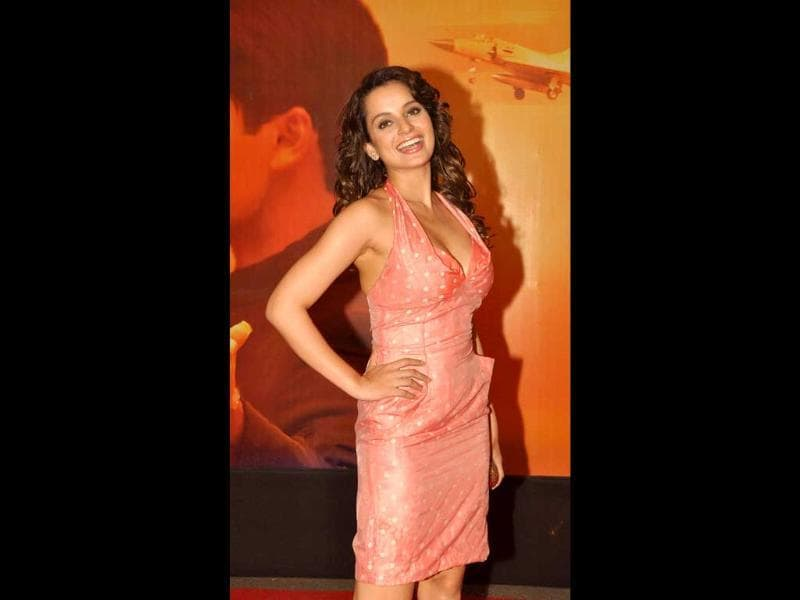 Kangna Ranaut poses happily at Mausam premiere. (AFP)