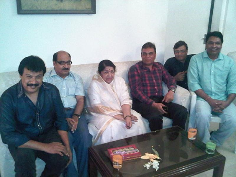 Lata Mangeshkar with CID (television series) team. (Courtesy: Twitter)