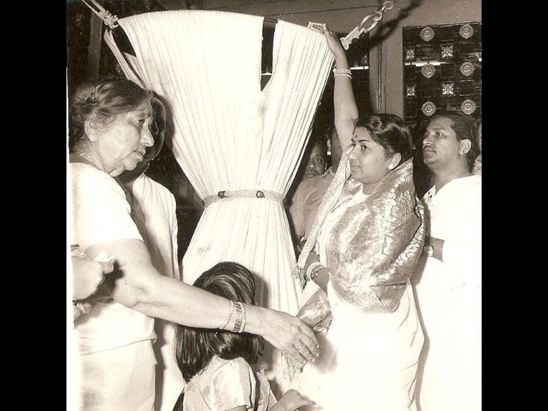 Lata and her mom at Tirupati Devasthanam while she was getting the title of 'Ashtaana Vidwan'. (Courtesy: Twitter)