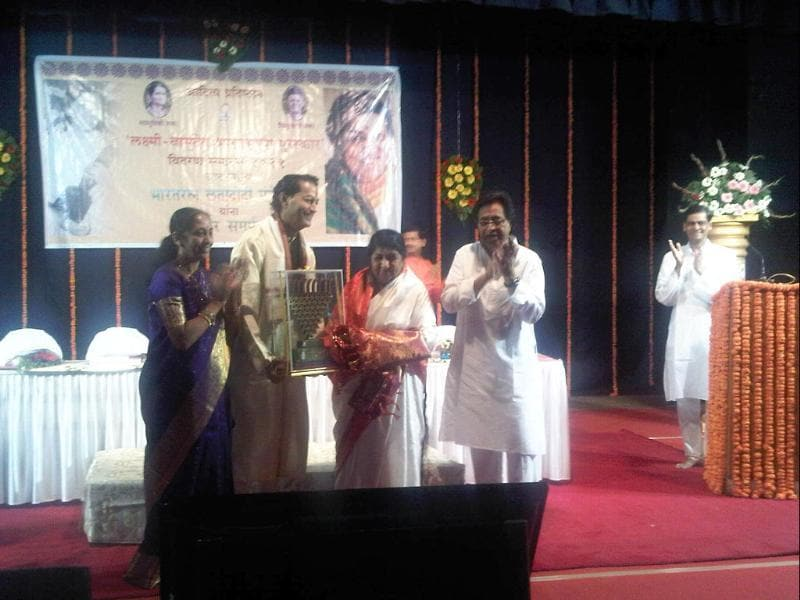 Lata Mangeshkar receiving the 'Laxmi-Vasudev BharatBhushan' award in Pune.
