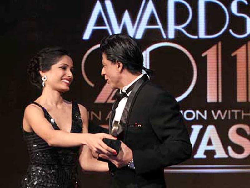 Freida and Shah Rukh seem to be having a tussle over the trophy.