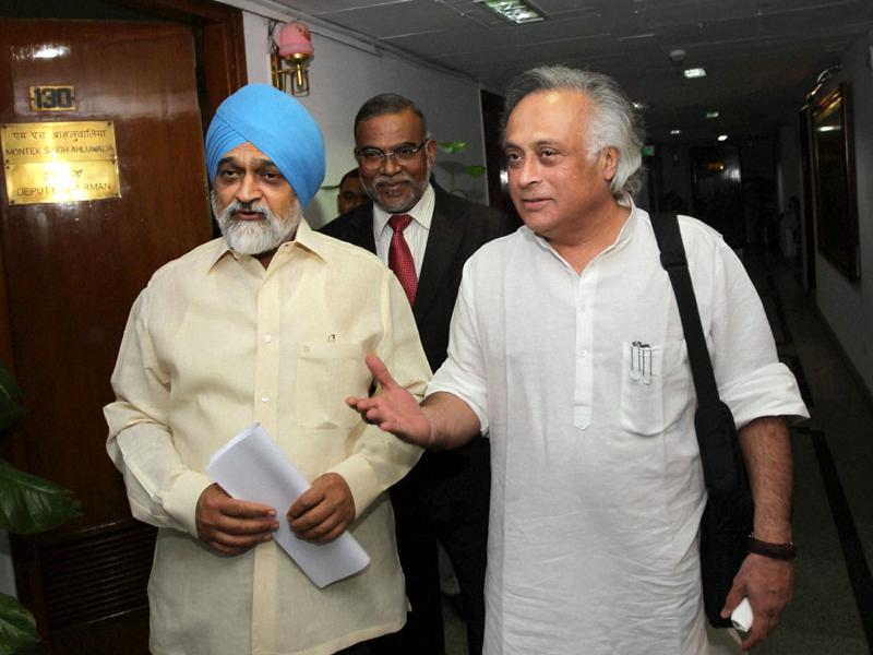 Deputy chairman of planning commission Montek Singh Ahluwalia and union rural development minister Jairam Ramesh arrive to address a press conference on defining the poverty line in New Delhi on Monday.