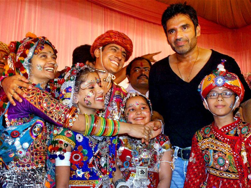 Suniel Shetty enjoys the festivities with a bunch of children.